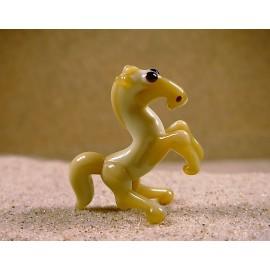kůň vzpínající béžový