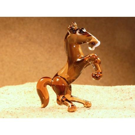 kůň vzpínající hnědý