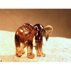 slon stojící hnědý